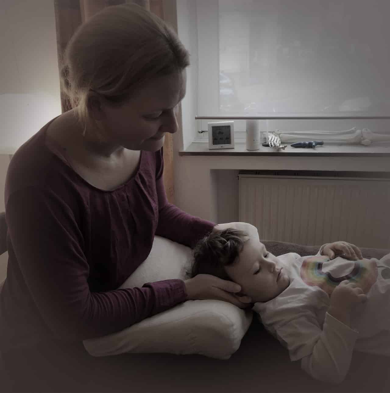Osteopath in der Behandlung eines Kindes