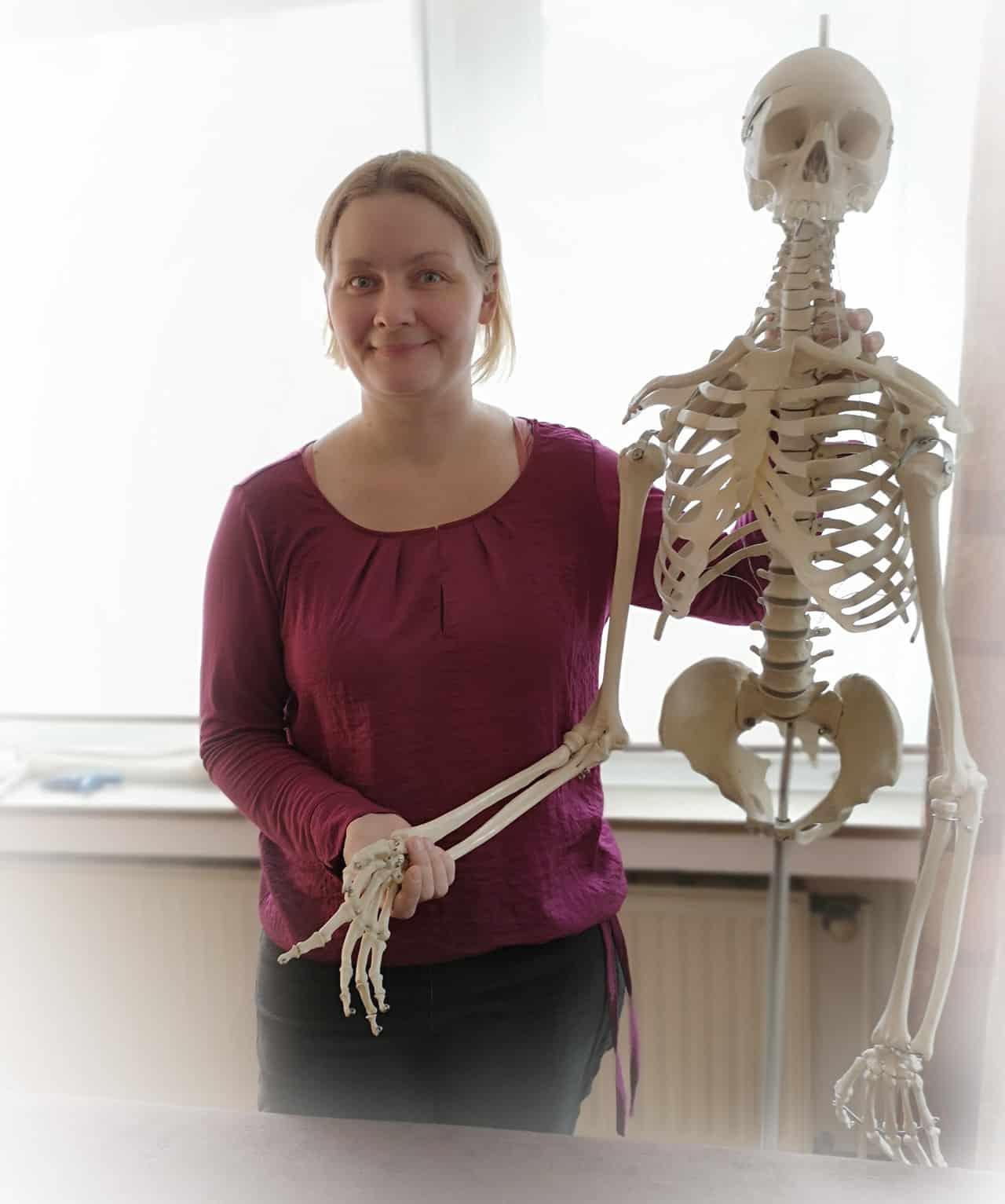 Osteopathin Petra Dorn neben einem Skelett