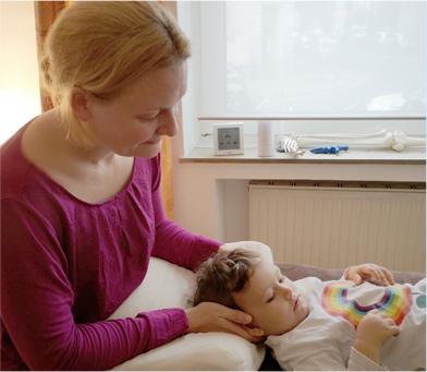 Petra Dorn bei der Osteopathie Behandlung eines kleinen Jungen